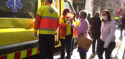 [Vídeo] Una dona i un agent de la Policia Local, traslladats a l'hospital per l'incendi en un pis del carrer Sant Joan