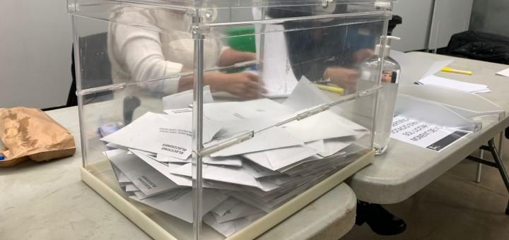 Urna d'una de les meses electorals de la Fàbrica Llobet-Guri, aquesta tarda