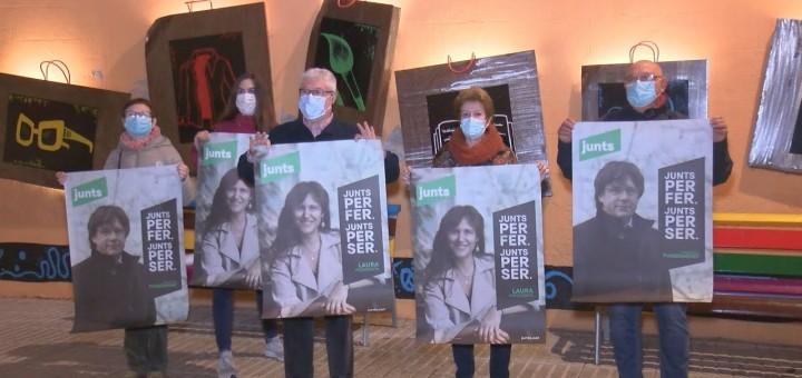 Adherits calellencs a JxCat en l'acte d'enganxada de cartells per la campanya del 14-F