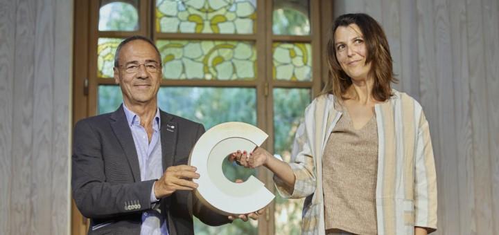 Rut Martínez recollint el Premi Nacional de Cultura amb el president del Consell d'Àneu, ahir al Recinte Modernista de Sant Pau.