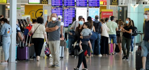 Turistes a la zona de sortides de l'aeroport Josep Tarradellas Barcelona-El Prat