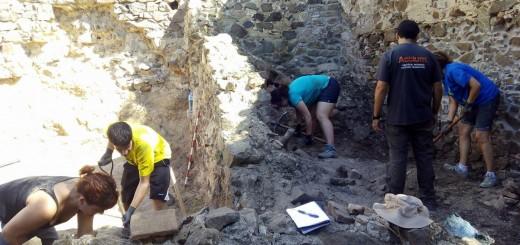 Imatge del primer camp arqueològic a l'ermita de Sant Andreu, l'any 2015