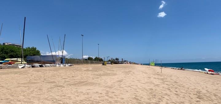 Tram de Platja Gran davant del camp de futbol de mar