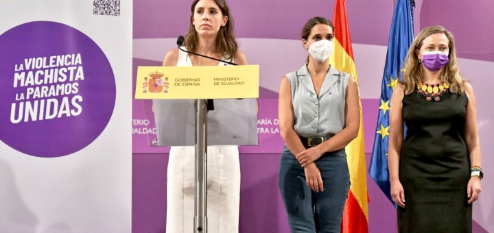La ministra d'Igualtat, Irene Montero, en la presentació de la campanya dels punts liles als comerços