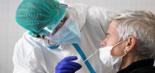 Sanitari realitzant un test d'antígens