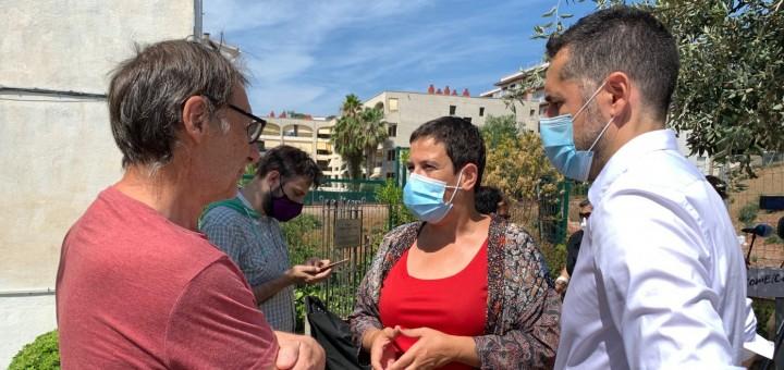La diputada d'ERC, Mònica Palacín, i el portaveu municipal del partit, Xavier Ponsdomènech, conversant amb el portaveu de la Plataforma per la Dignificació de la vila romana de Calella